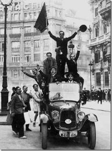 Un-grupo-de-hombres-celebra-la-proclamación-de-la-segunda-república[5]