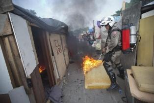 Brasile, polizia sgombera favela a Rio: violenti scontri
